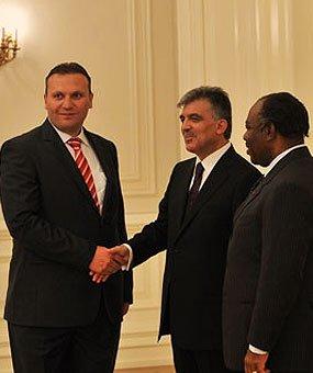 Karmodot meghívták az elnöki palotába
